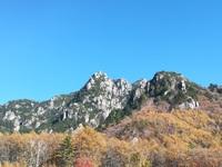 荒々しい岩山