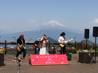 トレモロコード絶景ライブ:富士山を背に